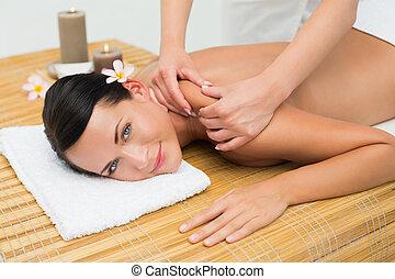 morena, calmo, ombro, massagem, desfrutando