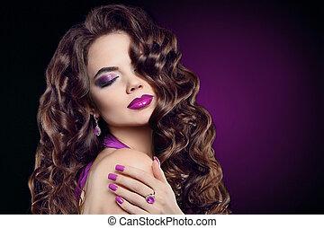 morena, com, longo, cabelo ondulado, violeta, maquilagem, manicure, pregos, ametista, jewelry., atraente, cute, modelo, com, excitado, lábios, saudável, crespo, brilho, penteado, isolado, roxo, experiência escura