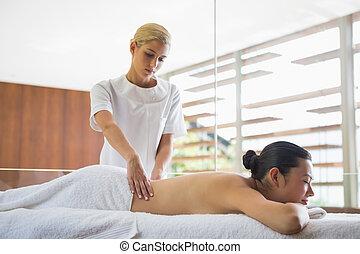 morena, desfrutando, massagem, calmo