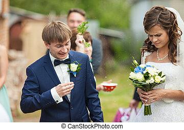 morena, elegante, obtendo, noivo, noiva, bênçãos, deslumbrante