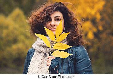 morena, folha, parque, amarela, outono, mulher, outono, ao ar livre, retrato