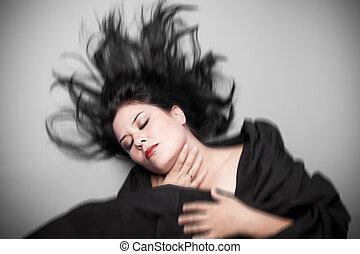 morena, mujer, en, tiro del estudio, con, viento, en, pelo, .