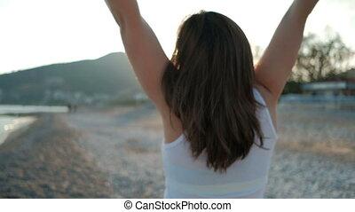 morena, mulher, é, contente, ver, luz solar, ligado, a,...
