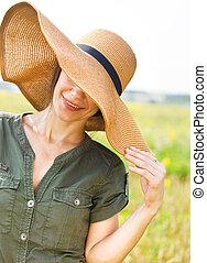 morena, mulher, chapéu, sorrindo