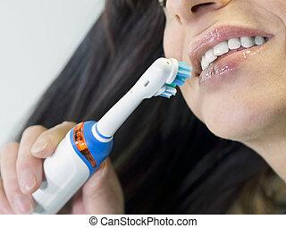 morena, mulher, dentes escovando