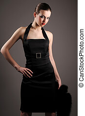 morena, mulher, em, vestido preto