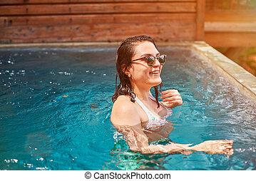 morena, mulher sorri, piscina