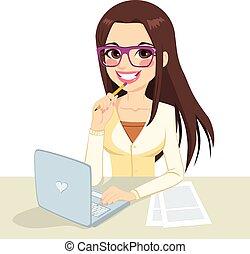 morena, nerd, trabalhando, secretária