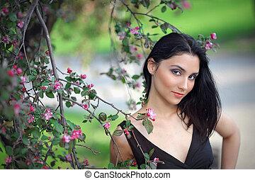 morena, niña, en, primavera, en, un, exuberante, jardín