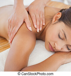morena, ombro, massagem, desfrutando, bonito