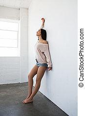 morena, shorts, parede, calças brim, mulher, excitado