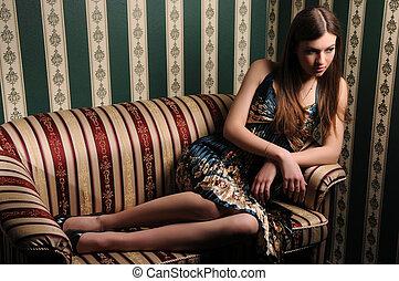 morena, sofá