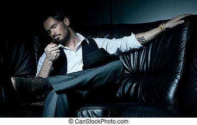 morena, sofá, cigarro, pretas, fumar, excitado, homem
