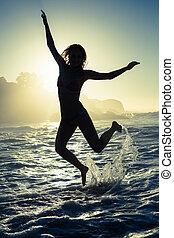 morze, bikini, skaczący, blondynka, szczęśliwy