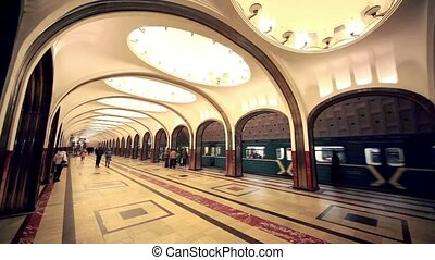 Commuters and trains on Mayakovskaya station - MOSCOW -...
