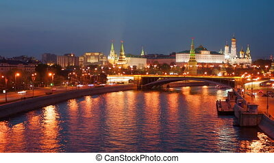 Moscow Kremlin and the teristichesky ships floating down the river in the evening, timelapse