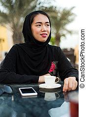 moslem, frau, in, a, kaffeebalken, draußen