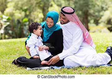 moslim, gezin, zittende , buitenshuis