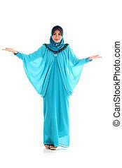 moslim, vrouw glimlachen, vrolijke , het voorstellen, met, open hand, palm, op wit