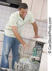mosogatógép, ember, berakodás