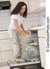 mosogatógép, nő, berakodás