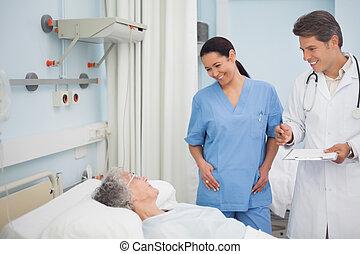 mosolygós, ápoló, orvos, türelmes