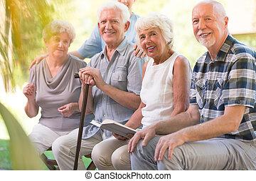 mosolygós, öregedő emberek, -ban, kis zárt belső udvar