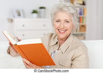 mosolygós, öregedő, hölgy, olvas előjegyez