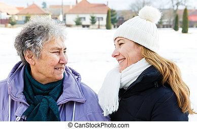 mosolygós, öregedő woman, és, fiatal, caregiver