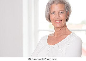mosolygós, öregedő woman