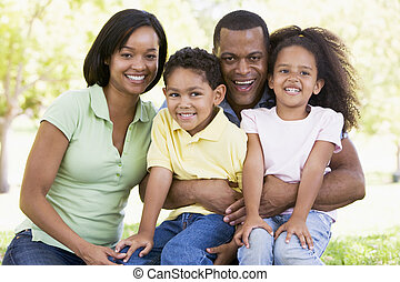 mosolygós, ülés, család, szabadban