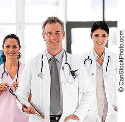 mosolygós, colleagues, övé, idősebb ember, orvos