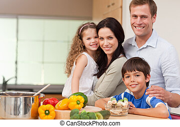 mosolygós, család, álló, konyhában