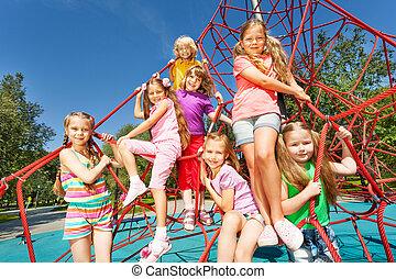 mosolygós, egy csoport gyerek, ül, képben látható, piros, fonatok