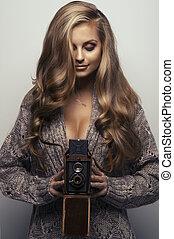 mosolygós, fényképezőgép, nő