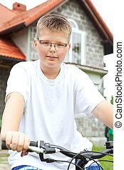 mosolygós, fiú elnyomott bicikli