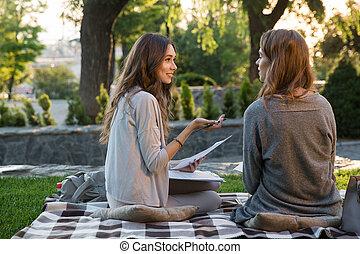 mosolygós, fiatal, 2 women, ülés, szabadban, dísztér, írás híres