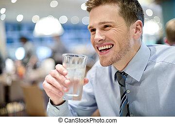 mosolygós, fiatalember, ivóvíz, alatt, kávéház