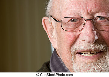 mosolygós, idősebb ember
