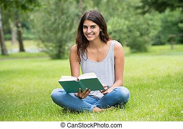 mosolygós, könyv, felolvasás, nő