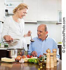 mosolygós, megfontolt összekapcsol, főzés, együtt, alatt, konyha