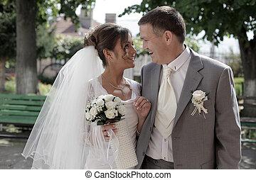 mosolygós, menyasszony inas, csattogtatás