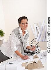 mosolygós, női, építészmérnök, noha, alaprajzok, az irodában