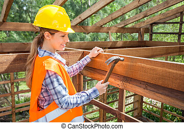 mosolygós, női, munkás, kalapálás, köröm, képben látható, faanyag, keret