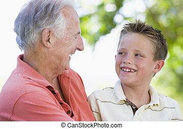 mosolygós, outdoors., fiúunoka, nagyapa