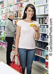 mosolygós, vásárló, birtok, termék, alatt, gyógyszertár