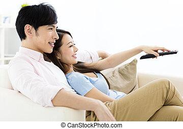 mosolygós, young párosít, karóra televízió, alatt, nappali