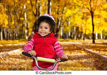 mosolyog kicsi lány, bicikli