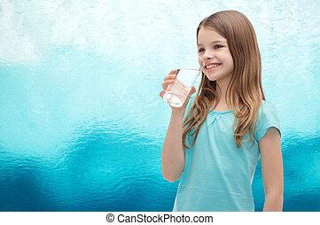 mosolyog kicsi lány, noha, pohár víz