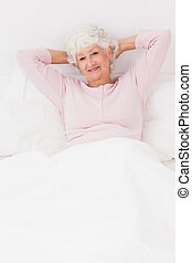 mosolyog woman, ágyban